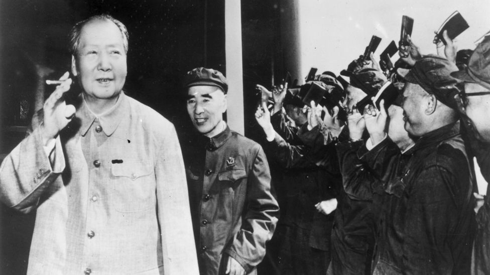 1970: Mao acknowledges party members waving their red books