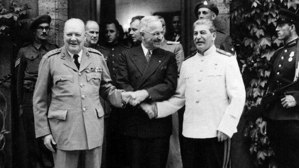 تین رہنماؤں کا ایک ساتھ مصافحہ