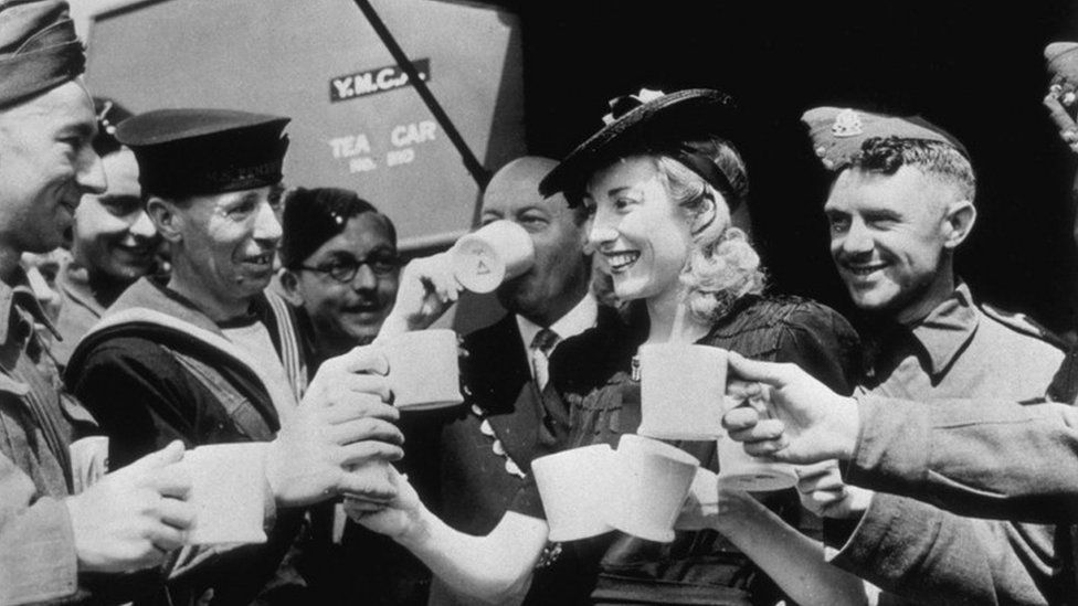 Vera Lynn with troops in 1942