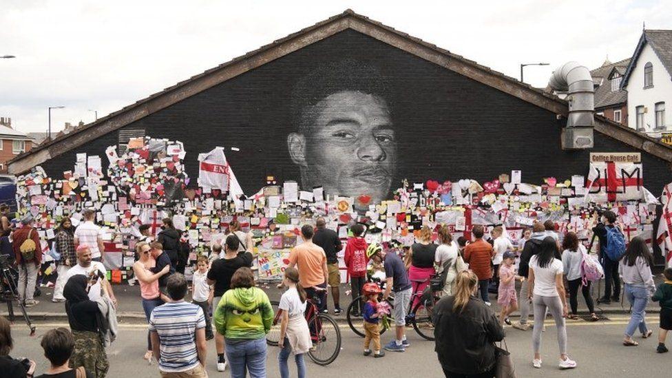 Marcus Rashford: Hundreds of messages left on mural - BBC News