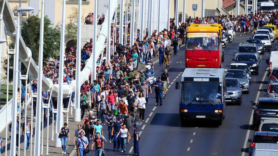 Hundreds of migrants on the Elisabet Bridge in Budapest in September 2015