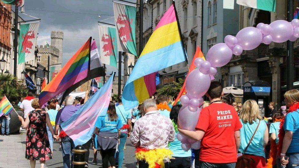 Llun o Pride Cymru yn 2015 - gŵyl sy'n dathlu hawliau bobl hoyw