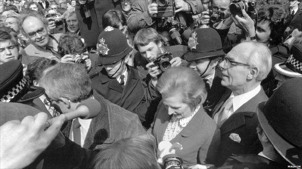 Margaret Thatcher a'i gŵr Denis yn cyrraedd Stryd Downing yn 1979
