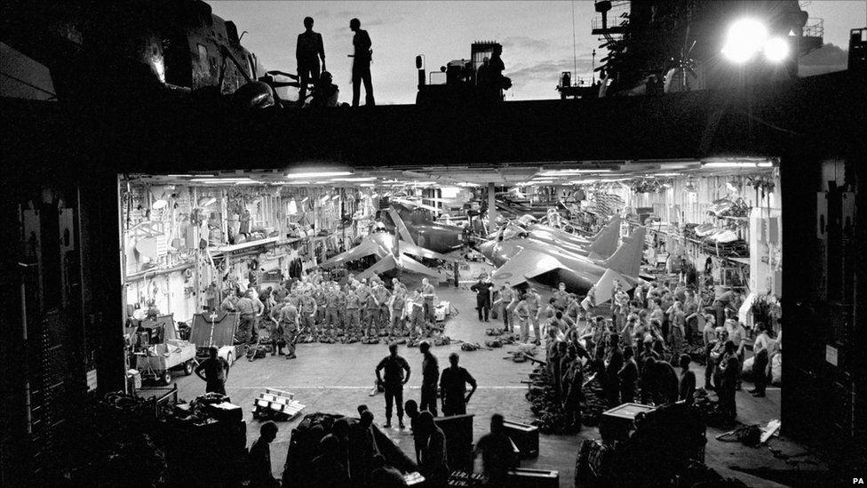 Y Morfilwyr Brenhinol yn archwilio arfau ar fwrdd yr HMS Hermes ym Môr De'r Iwerydd yn 1982