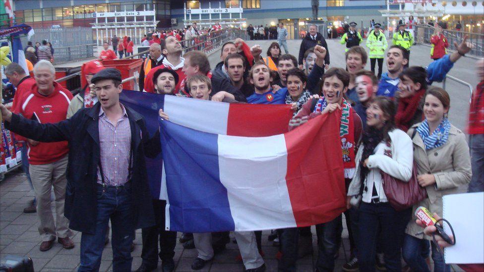 Cefnogwyr Ffrainc yn Stadiwm y Mileniwm