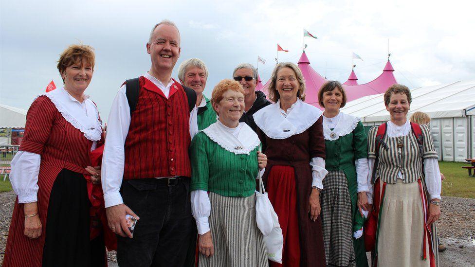 Dawnswyr Penybont ar faes yr Eisteddfod