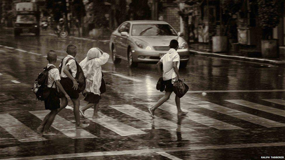 Children cross the road in Bangkok