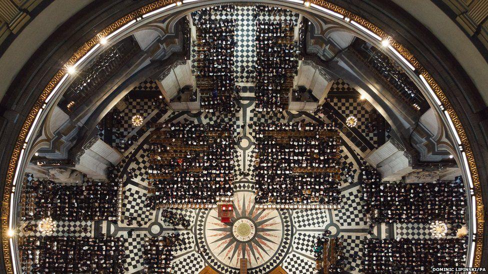 Gwesteion yn cyrraedd ar gyfer yr angladd yng Nghadeirlan St Paul's