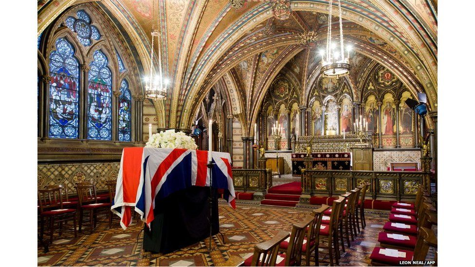Arch y cyn brif weinidog Margaret Thatcher yn gorffwys yng Nghapel St Mary Undercroft o dan y Senedd