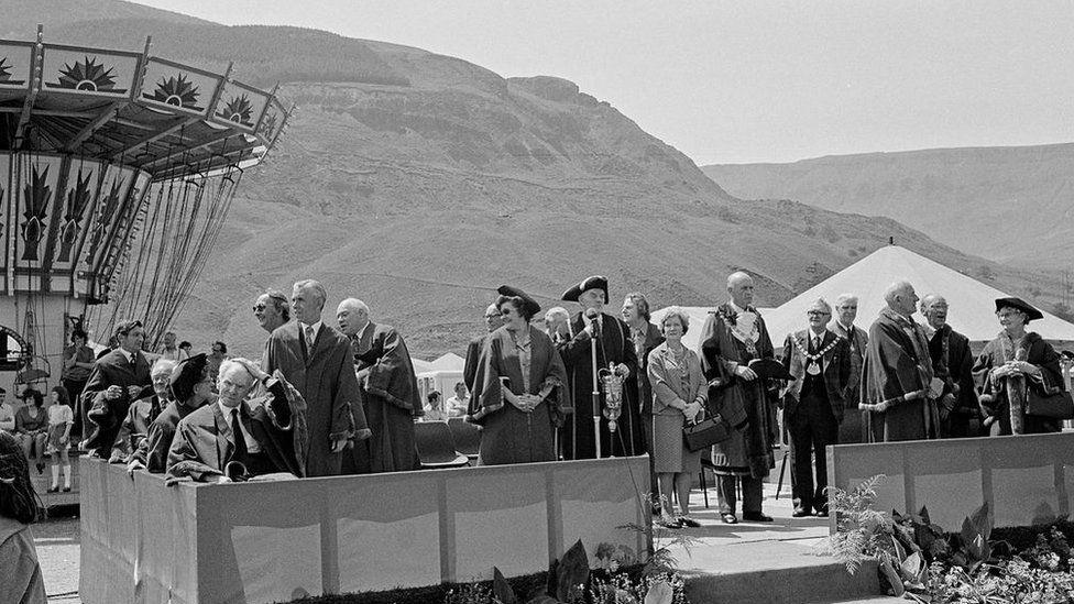 Opening The Rhondda Fair, 1975, gan David Hurn