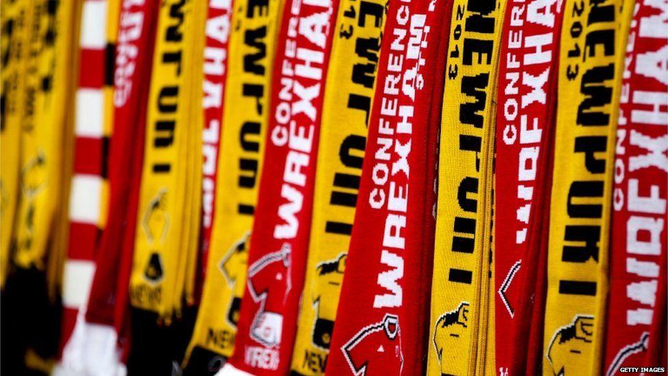 Roedd blas Cymreig ar y stondinau gwerthu baneri yn Wembley.