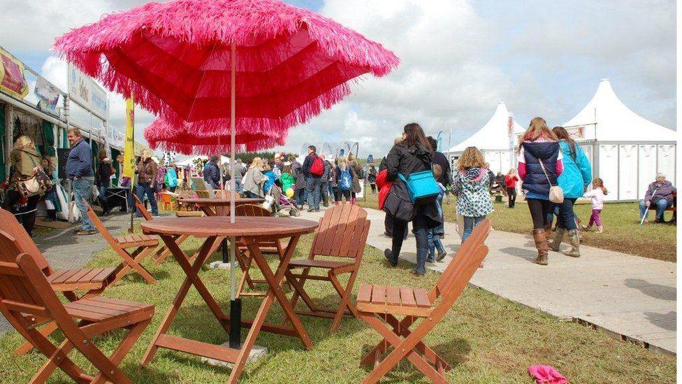 Ymbarel haul ar faes Eisteddfod
