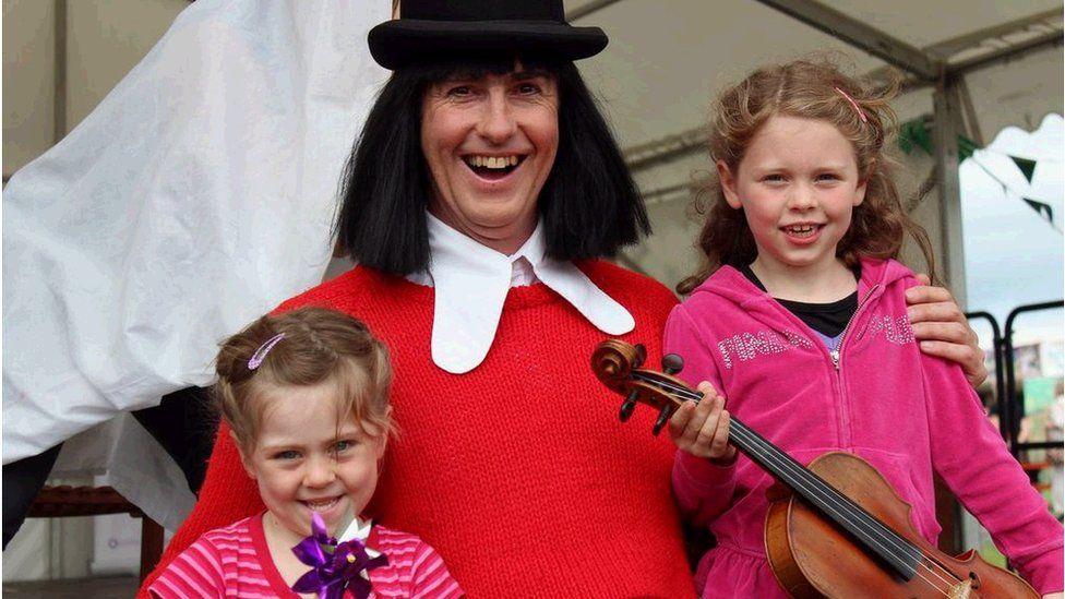 Lisa a Rhian gyda Jac y Jwc ar stondin Tŷ Gwerin