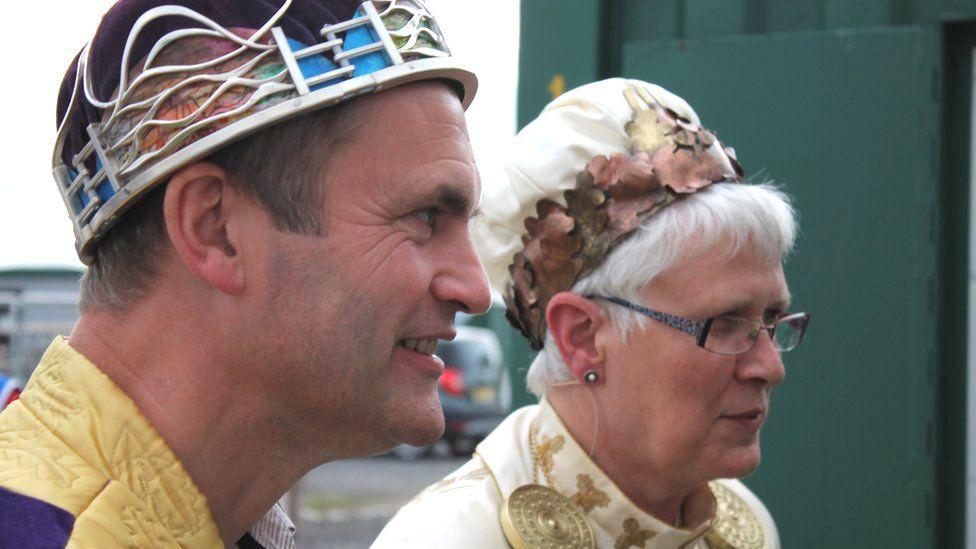 Ifor ap Glyn, enillydd y Goron, gyda'r Archdderwydd Christine James