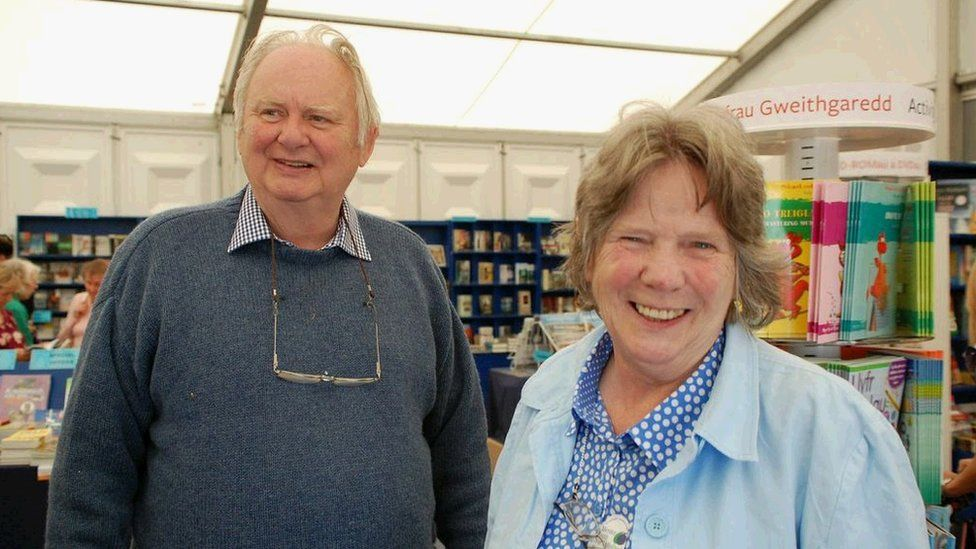 Yr awdur Meic Stephens a'i wraig Ruth ym mhabell y Cyngor Llyfrau / The author Meic Stephens and his wife Ruth in the Book Council tent