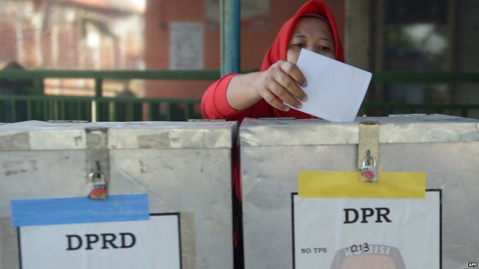 An Indonesian woman casts her ballot paper during legislative polls in Jakarta on 9 April, 2014