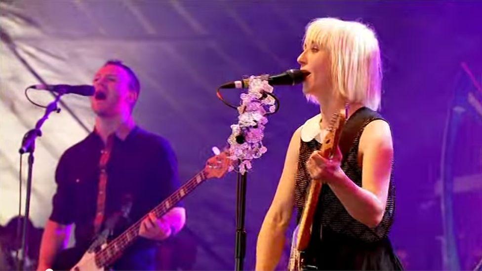 Mi berfformiodd y band Joy Formidable or Wyddgrug ar y 'Llwyfan Arall' yn 2010 er gwaetha' rhai materion technegol cyn dechrau
