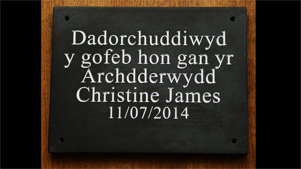 Yr Archdderwydd presennol, Christine James, ddadorchuddiodd y gofeb