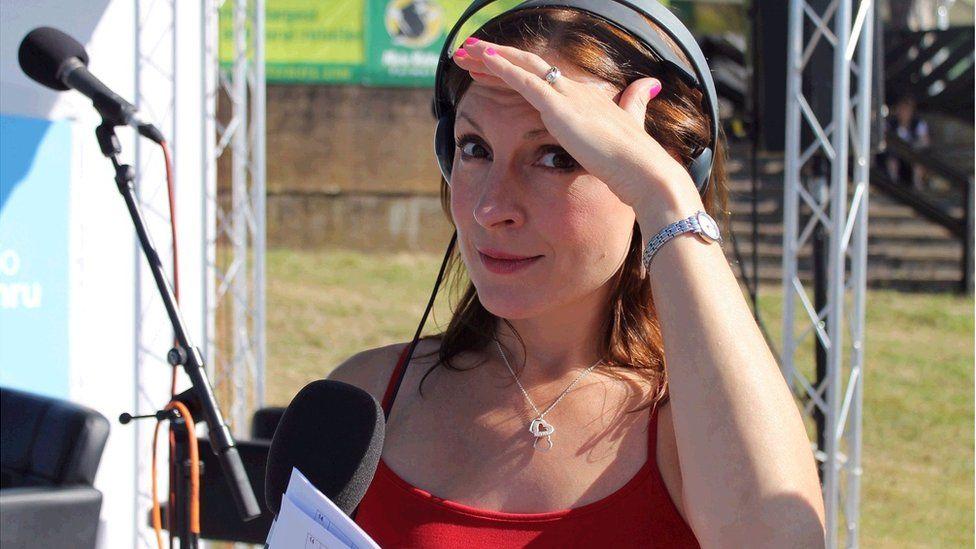 Mae Heledd Cynwal yn gwybod sut mae ymdopi yn yr haul // BBC Radio Cymru presenter Heledd Cynwal has her own cure for the sunshine.