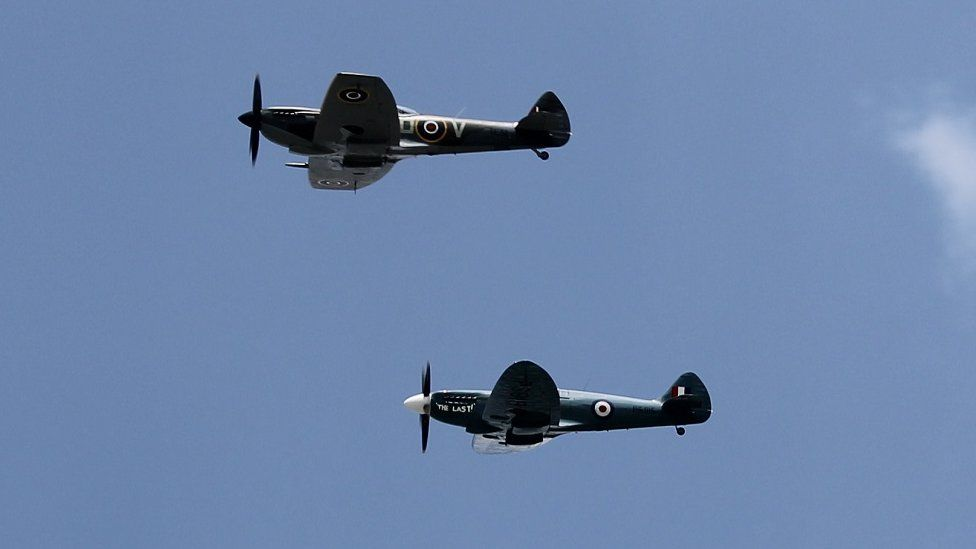 Awyrennau Spitfire eiconig yn hedfan dros Lanelwedd // Iconic Spitfire planes fly over the Show field