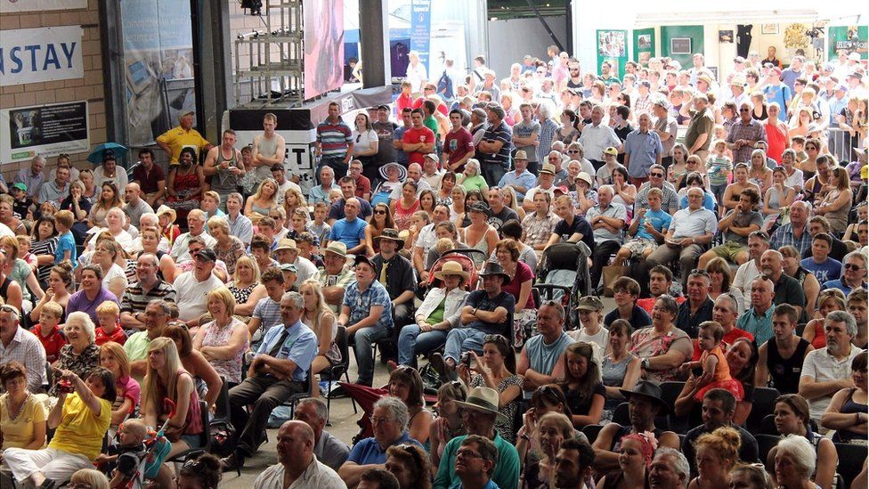 ...o flaen torf orlawn! // ...before a capacity crowd!