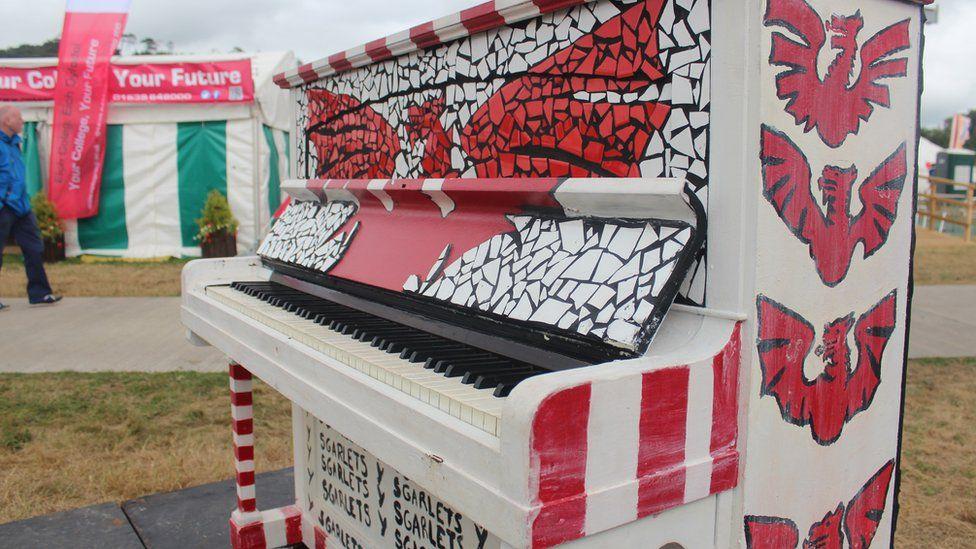 Piano ar faes yr Eisteddfod