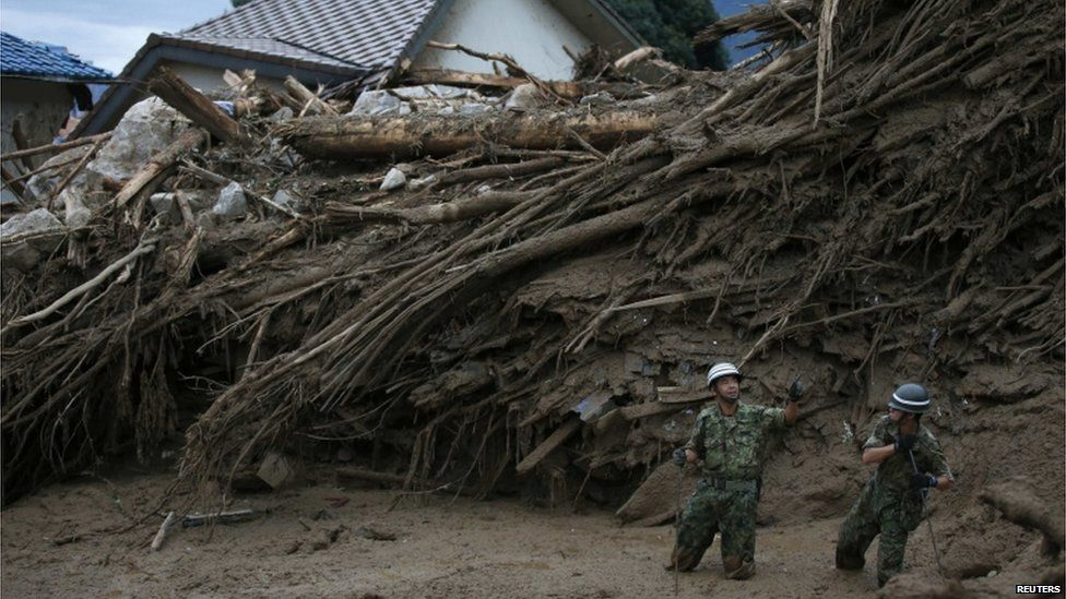 Japan Self-Defense Force (JSDF) soldiers search for survivors at a site where a landslide swept through a residential area at Asaminami ward in Hiroshima, western Japan, August 20, 2014