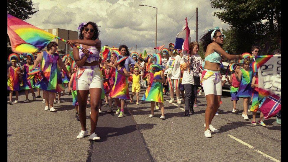 Gorymdeithwyr lliwgar // Colourful procession