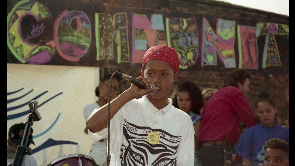 Bachgen gyda meicroffon // The 1989 carnival