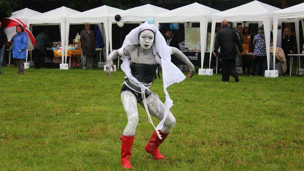Y dansiwr Adeola Dewis ar faes gwlyb y carnifal // The dancer Adeola Dewis on the wet carnival field