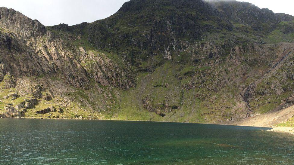 Mwyn copr sydd yn gyfrifol am liw glaswyrdd Glaslyn // A high copper content is responsible for Glaslyn's turquoise waters