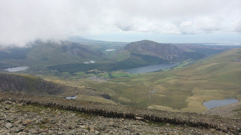 O'r diwedd wedi cyrraedd y gefnen, a chael mwynhau golygfa wych o ochr arall yr Wyddfa // At last we reach the ridge and the magnificent views of the other side of Snowdon