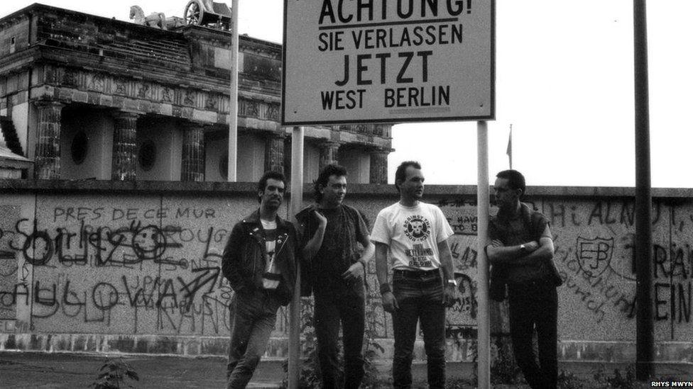 Yr Anrehfn ar wal Berlin cyn ei ddymchwel