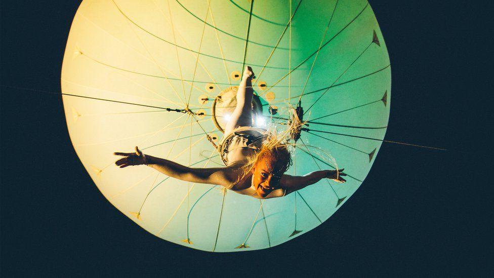 Angel acrobatig yn diddanu'r gynulleidfa ...dim ond yng Nghwyl Rhif 6!