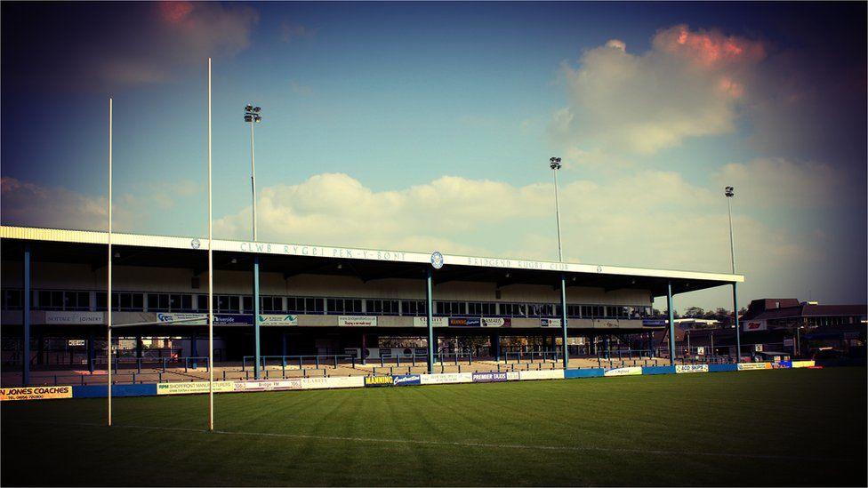 Maes y Bragdy. Cartref Penybont ac i arwyr Cymru fel JPR, JJ, Fenwick a Howley // Brewery Field, the home of Bridgend RFC and the stomping ground of Welsh heroes such as JPR, JJ, Fenwick and Howley