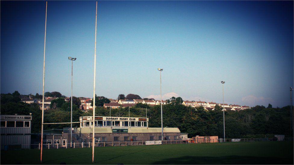 Broadacre, cartref Dyfnant. Fe esgynnodd y clwb trwy wyth cynghrair i chwarae ym mhrif gynghrair Cymru yn 1993/94 // Broadacre, the home of Dunvant. The club rose through 8 divisions to play at the top level of Welsh rugby in 1993/94