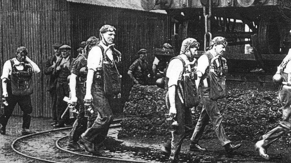 Rhai o'r gwirfoddolwyr dewr aeth i lawr i'r pwll oedd ar dân mewn ymgais ofer ond gwrol i achub eu cyd-lowyr / Some of the brave volunteers who went down into the burning pit in a vain but gallant effort to rescue their fellow-miners