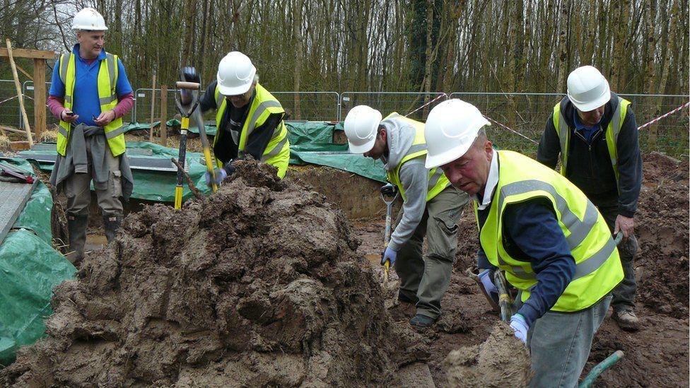 Mae symud y clai yn waith caled! // Moving the clay is a back-breaking job