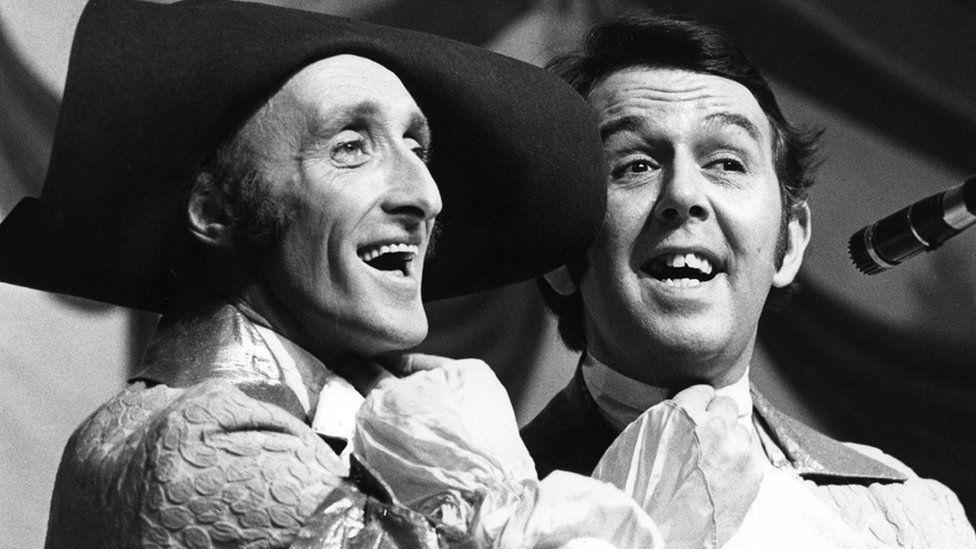Ryan a Ronnie yn perfformio yn ystod sioe Cinderella (1972/73)