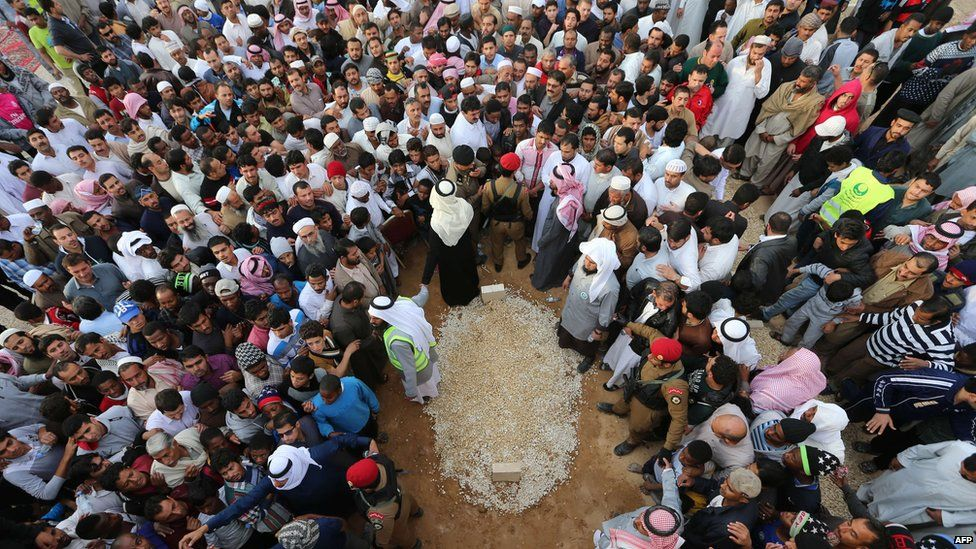 Mourners gather around the grave of Saudi Arabian King Abdullah at the al-Oud cemetery in Riyadh on 23 January 2015 following his death in the early hours of the morning