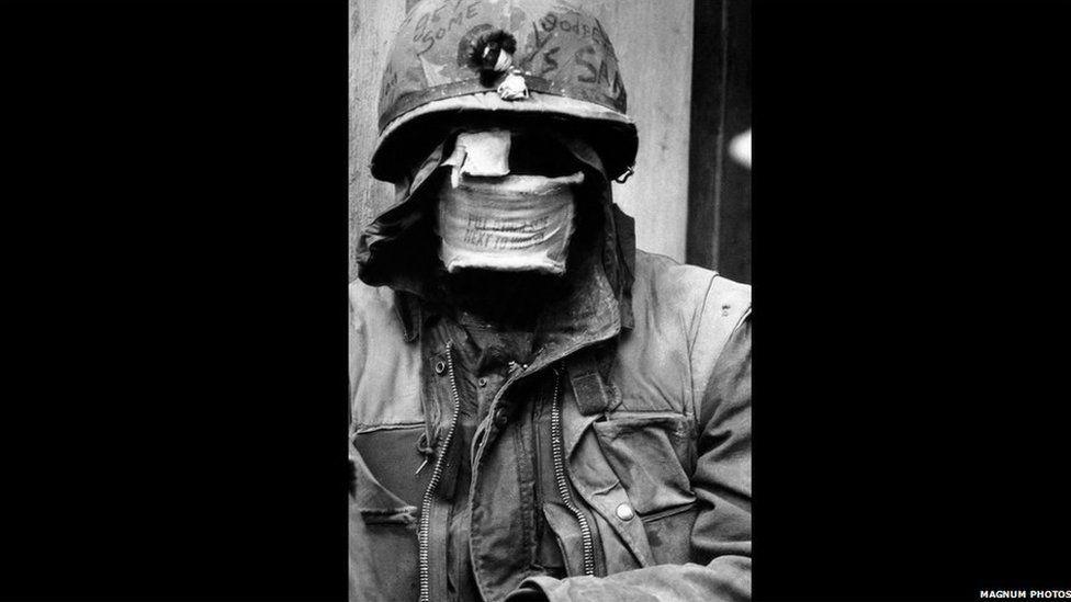 Milwr Americanaidd yn ninas hynafol Hue, ar lethrau afon bersawrus. . 1968