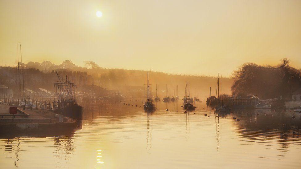 Torriad gwawr: Cei llechi Caernarfon // Daybreak at the quayside in Caernarfon