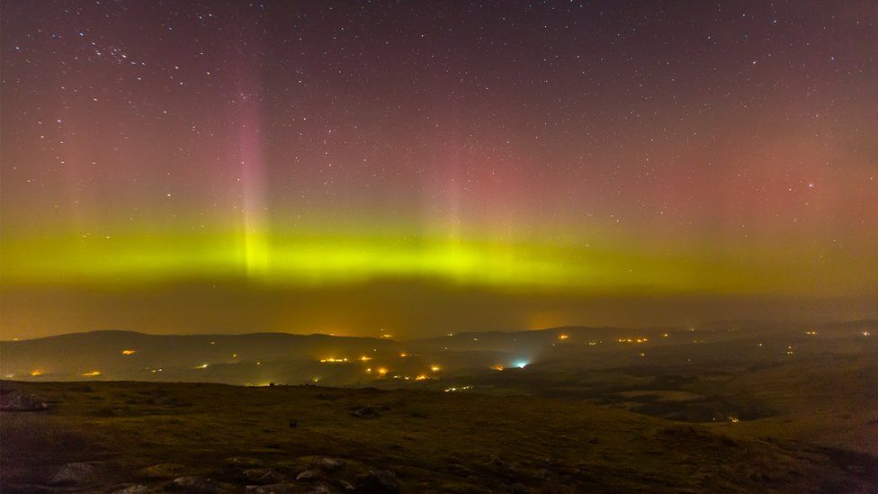 Yr Aurora Borealis yn disgleirio dros y Bannau // The Aurora Borealis shining brightly over the Beacons