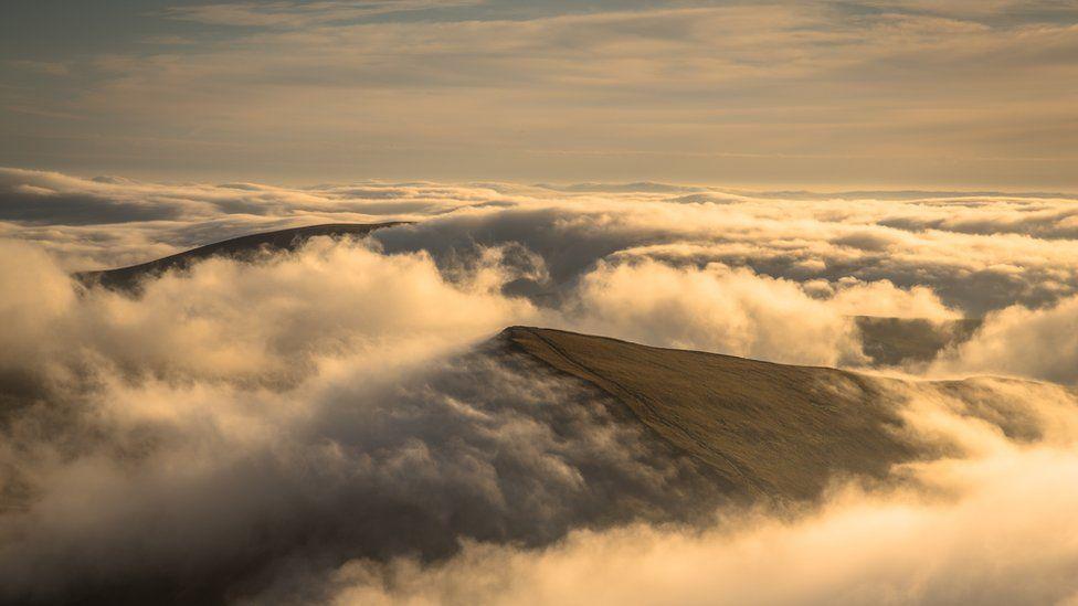 Dyffrynnoedd y Bannau dan flanced o niwl y bore // The Beacon valleys under a blanket of morning fog
