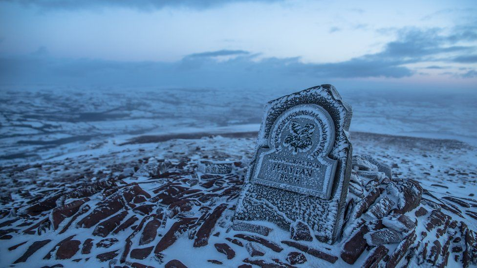 Mae'n bosib dringo i gopa Pen y Fan ym mhob tywydd: gyda gofal! // Come rain or shine...or snow...its possible to reach the summit of Pen y Fan - but be careful!