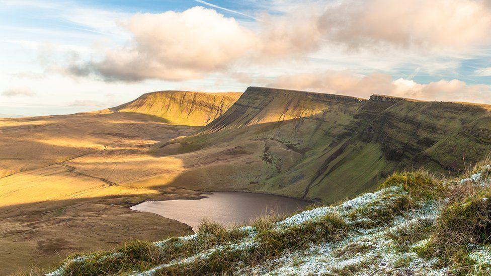 """A chyn i chi ofyn """"Ble mae Llyn y Fach te?"""" ...dyma fe yng ngodre dwyreiniol y Mynydd Du. Mae'r llyn yn enwog am yr hen chwedl sy'n cael ei chysylltu gyda'r hanes // Llyn y Fan Fach, the smaller of the two lakes, located at the southern point of the Black Mountains, is famous for its connection with an old legend"""