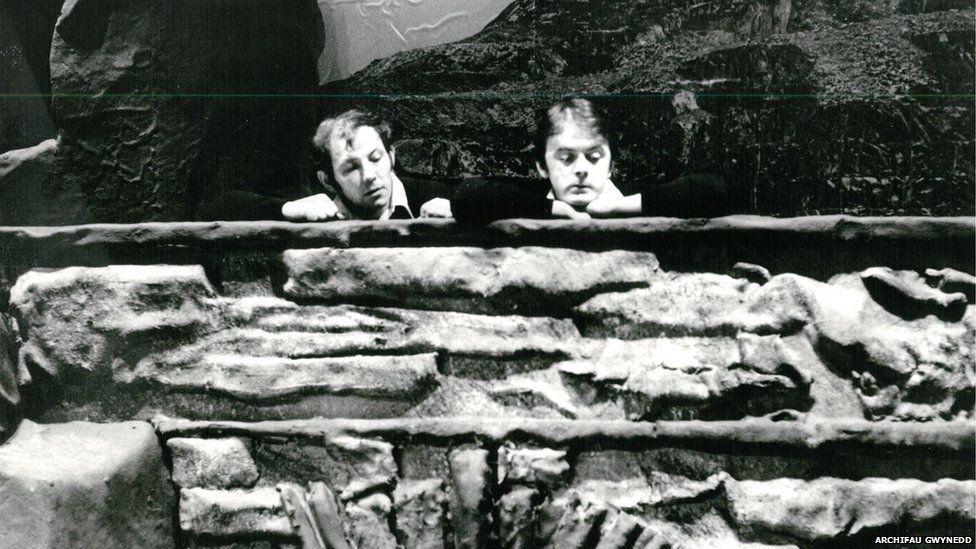 John Ogwen gydag Wyn Bowen Harries, mewn golygfa o 'Un Nos Ola Leuad' o Chwefror 1981