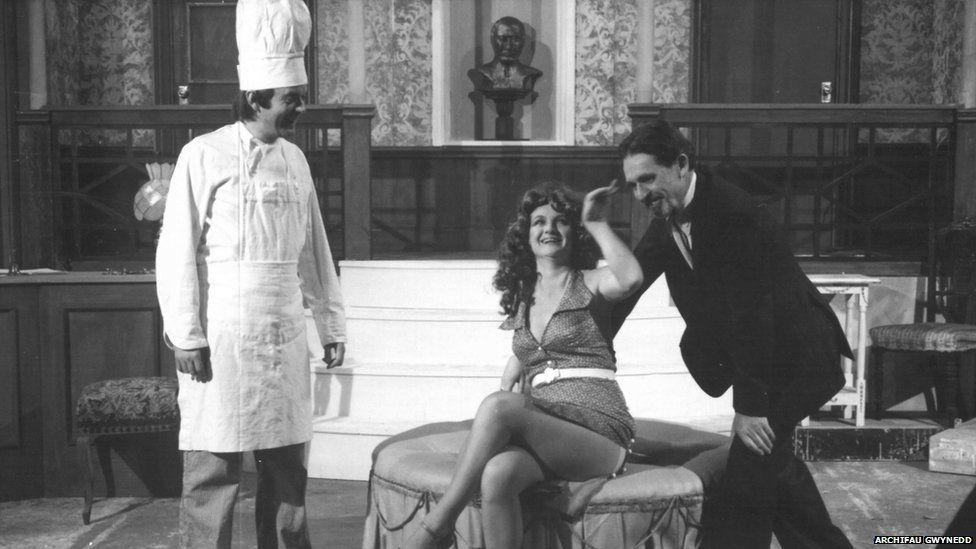 Sbort a sbri ar y llwyfan yn ystod drama 'Pont Robat' ym 1981