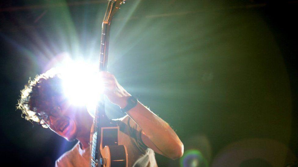 Osian Williams, gitarydd Candelas