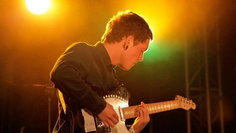 Ben Ellis, gitarydd Sen Segur